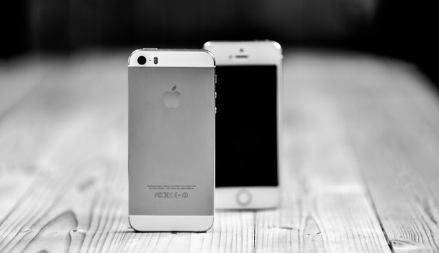 iPhone na stole